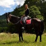 Девушка на кабардинском коне в горах