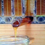 Мед стекает из сот