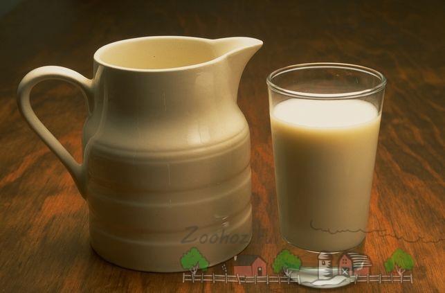 Кувшинчик и стакан козьего молока
