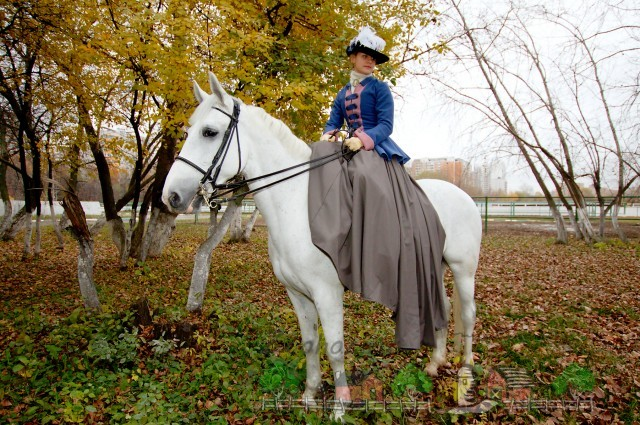 Дама на белой лошади