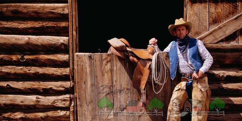 Ковбой с ковбойским седлом