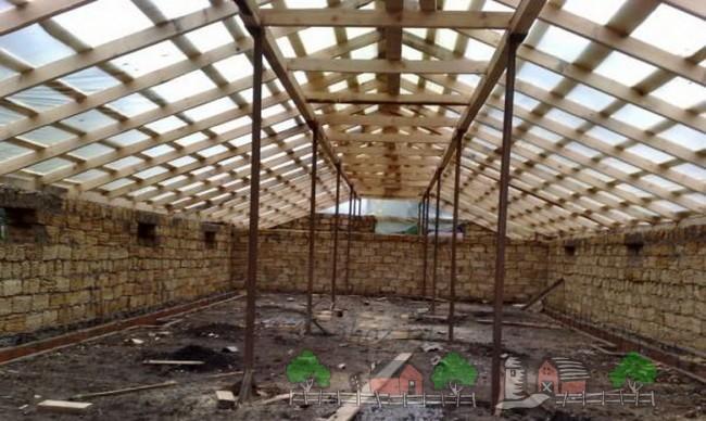 Деревянные балки крыши свинарника