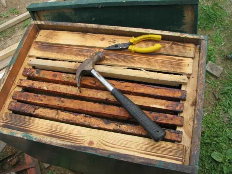 Инструменты на рамках в ящике