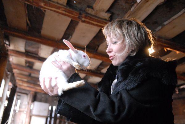 Женщина держит крольчонка