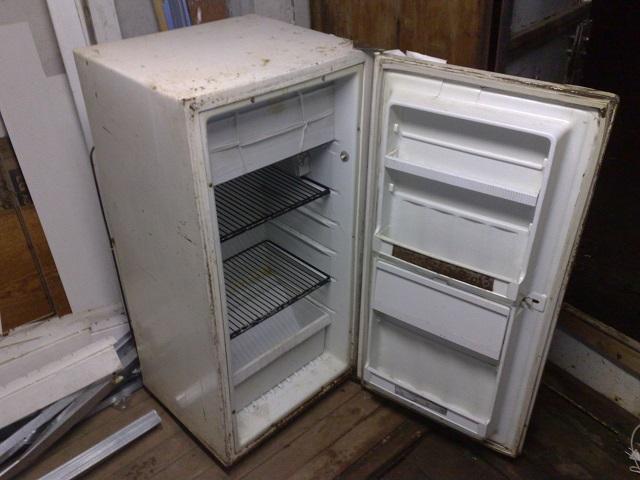Старый холодильник для воскотопки