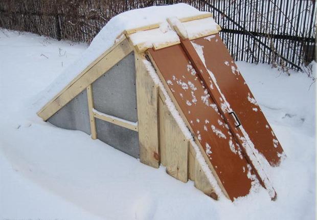 Тамбур омшаника под снегом