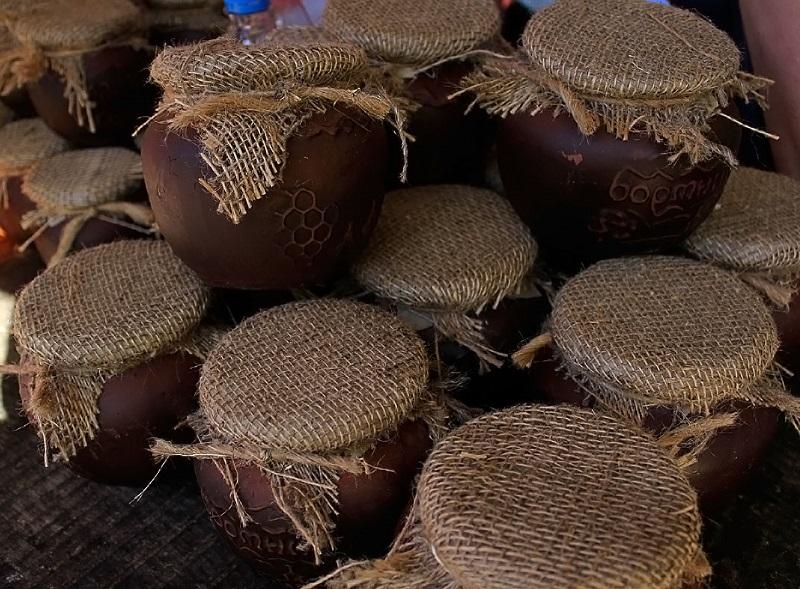 Бортевой мед в глиняных горшочках