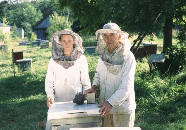 Пчеловоды двух поколений возле улья