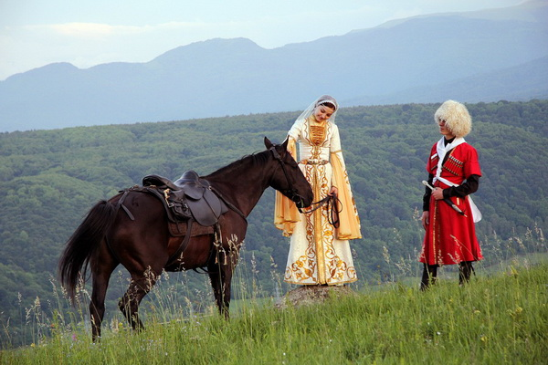 Девушка и парень Карачая с лошадью