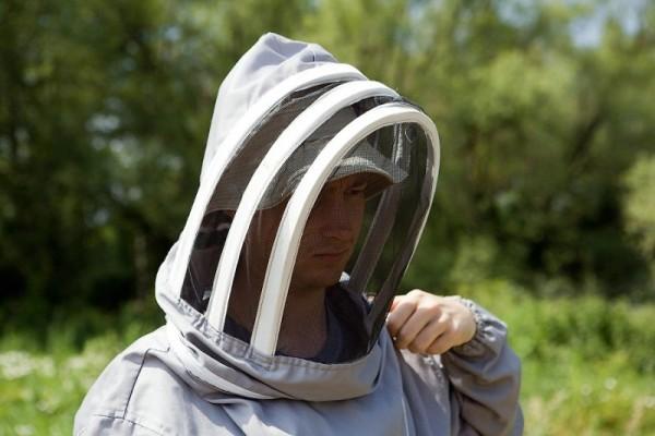 Пчеловод в специальной защитной маске