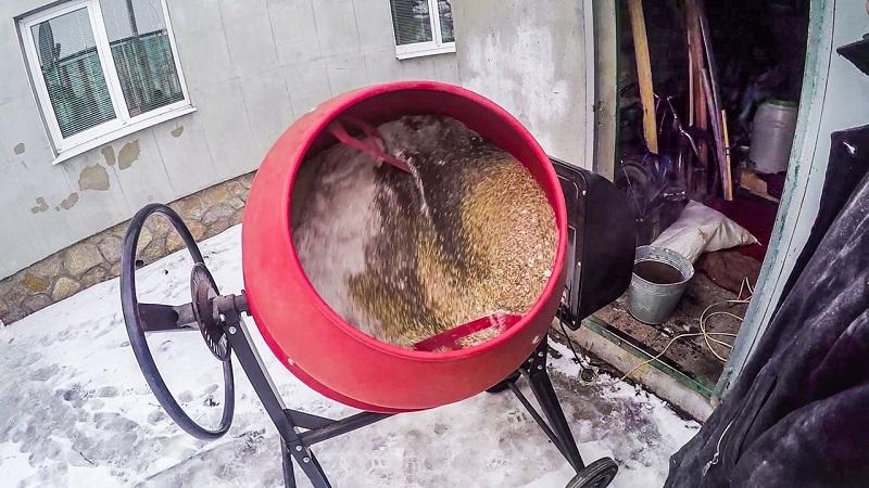 Приготовление комбикорма в мешалке