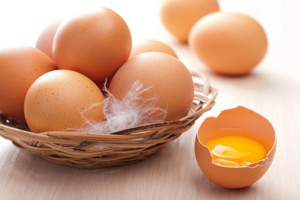 Корзина с яйцами на столе