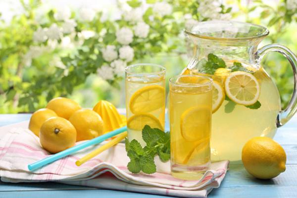 Лимонад в стаканах и в графине