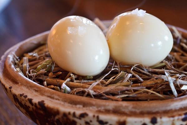 Два вареных яйца крупным планом
