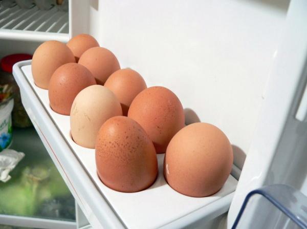 Яйца в лотке в холодильнике